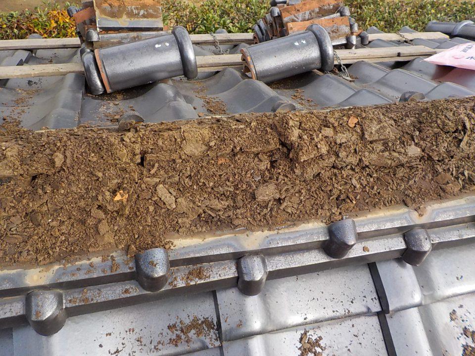 棟瓦と粘土を撤去。