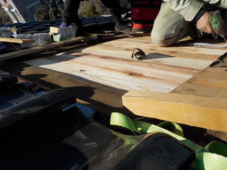 野地板の施工。トップライトの穴をふさぐ