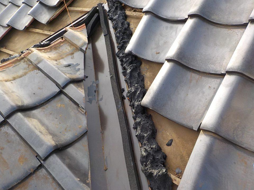 シーラーを施工。隙間を埋めて鳥が巣を作らないようにする。