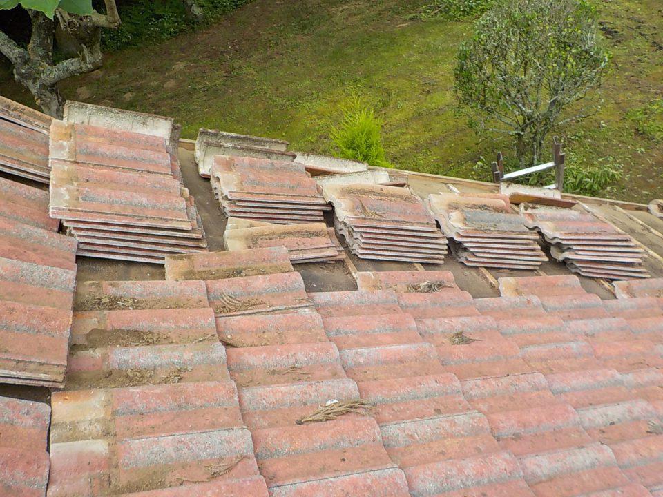 古い瓦を撤去して屋根をきれいにする