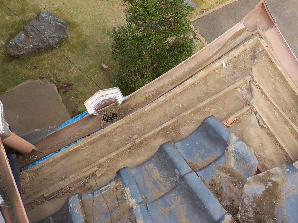 瓦を外して軒面戸板を施工