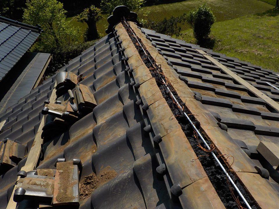 鉄筋と棟瓦を緊結して地震に強い屋根に。瓦が落ちづらくなる。