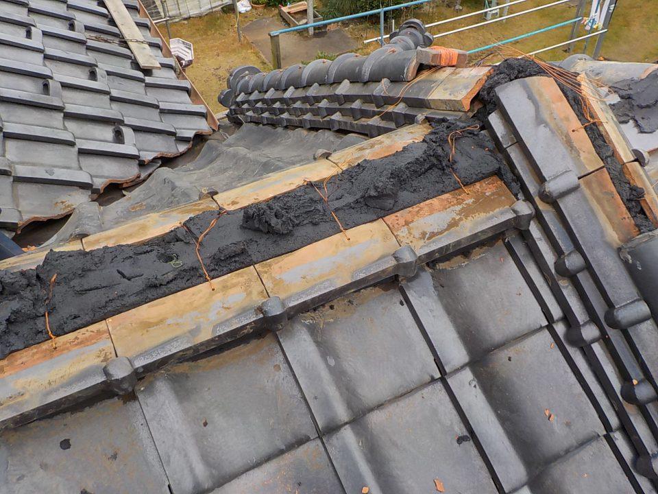 シルガードで棟の施工。ホルマル銅線で棟瓦を緊結