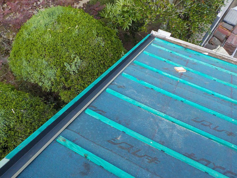 袖水切り板金の施工。雨水を逃がして雨漏りに強い屋根に
