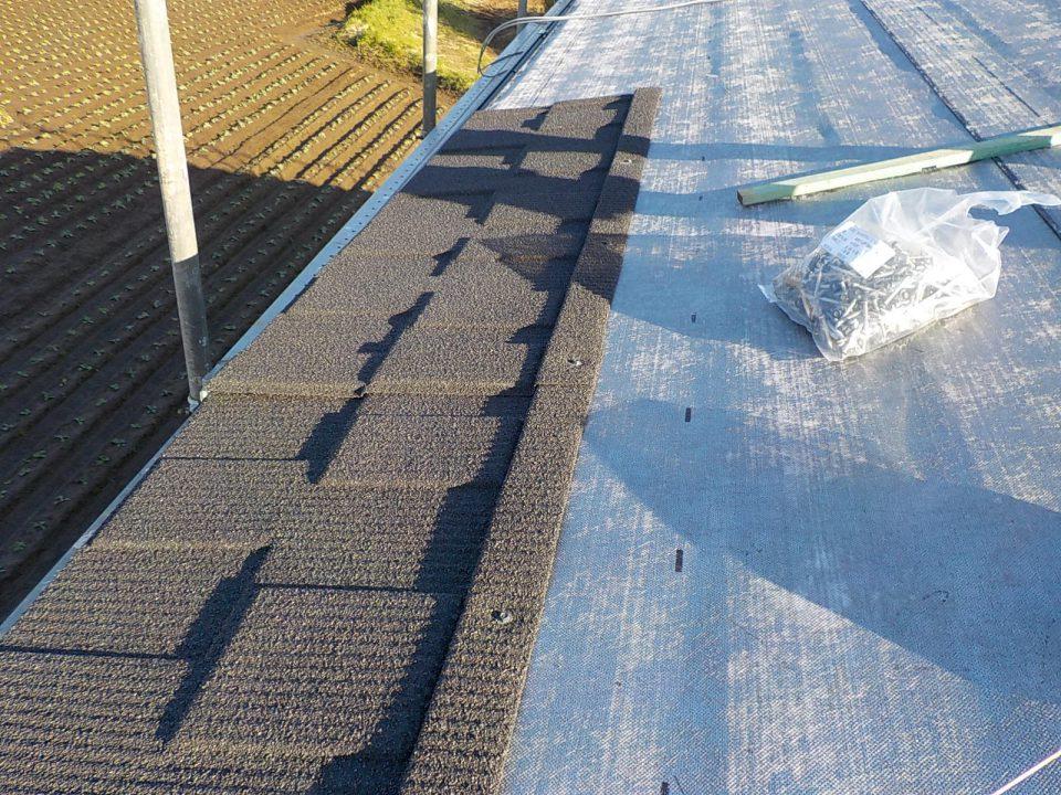 既存の瓦の上にカバーとなる新しい屋根材を施工