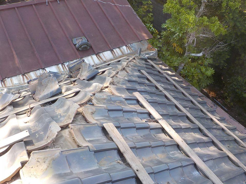 棟瓦と漆喰と粘土を撤去