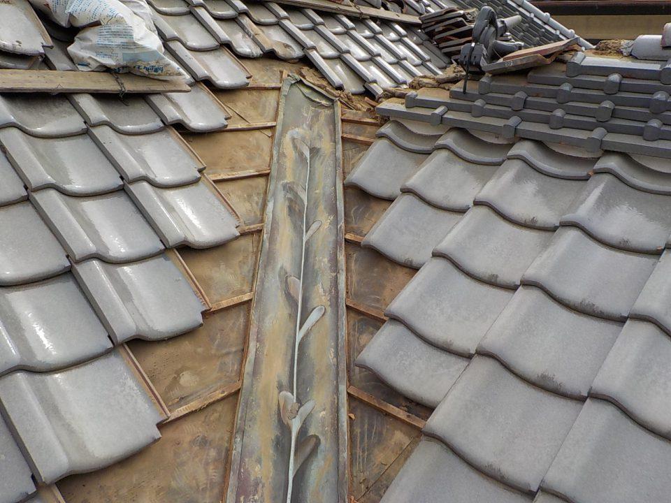 銅板の交換にはまず平瓦を撤去する必要がある。