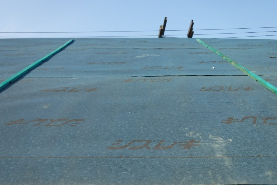 防水シートを施工。雨漏りに強い屋根になる