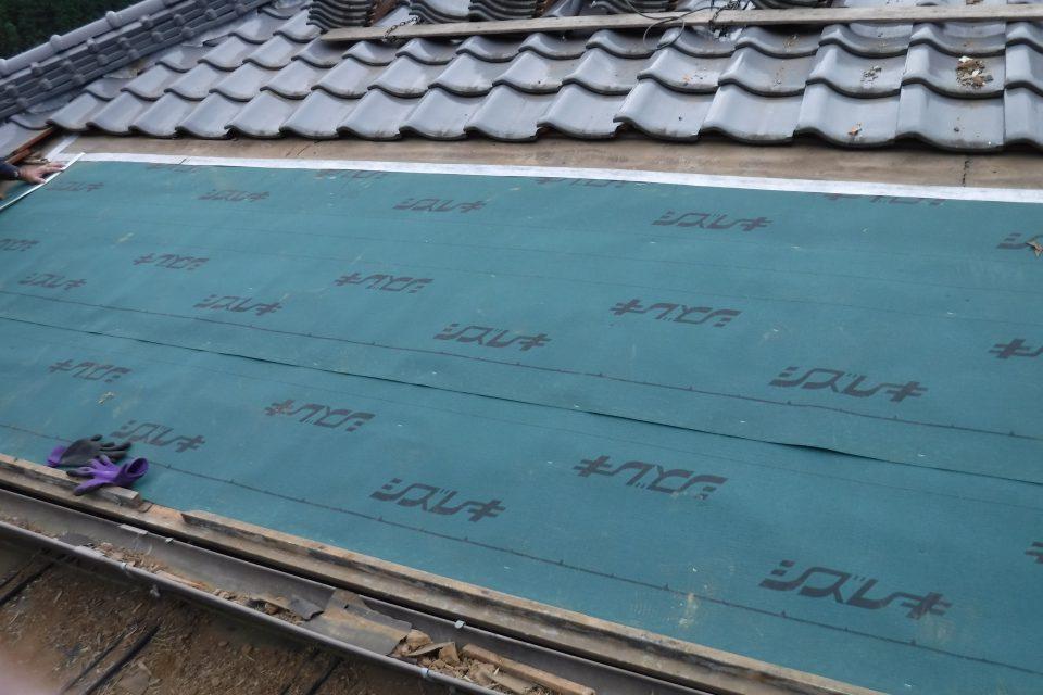 防水シートの施工。雨漏りに強い屋根に
