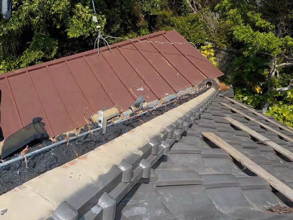 なんばんと棟瓦の施工。棟瓦は1枚ずつ緊結し、さらに鉄筋に取り付ける