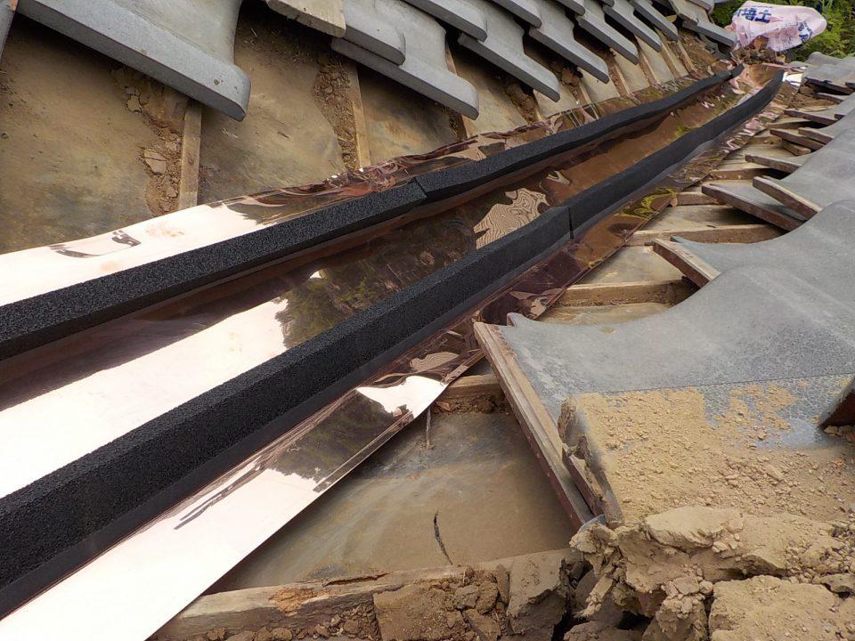 シーラーというスポンジを施工します。当社独自の工法で雨漏りに強い屋根になります。