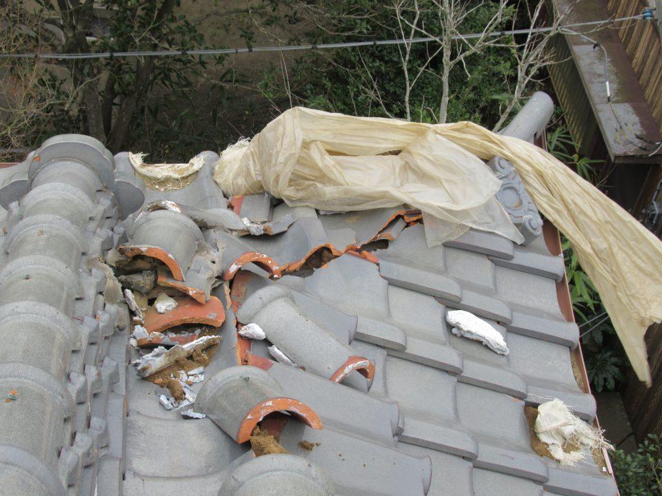 シートがめくれて、雨漏りしている屋根。