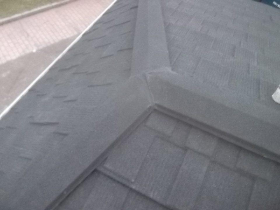 天然石付ガルバリウム鋼板の施工。専用のビスで止めつけ。銚子市