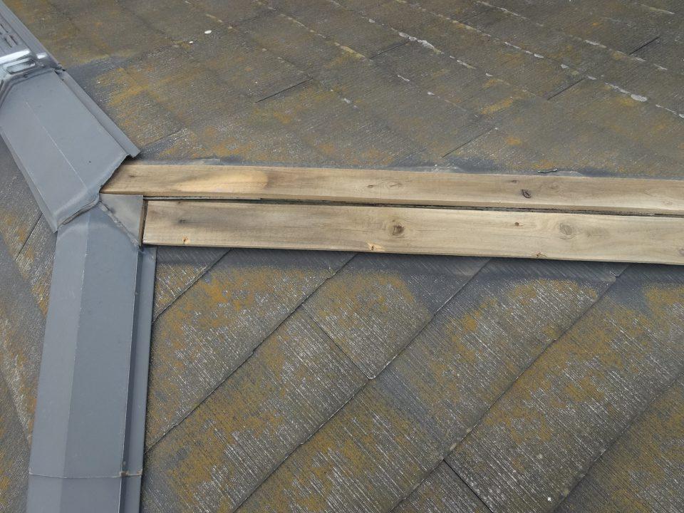 スレート屋根の棟板金が台風で飛ばされた