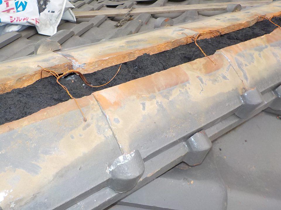 なんばんと棟瓦の施工し、棟瓦はホルマル銅線で1枚ずつ緊結