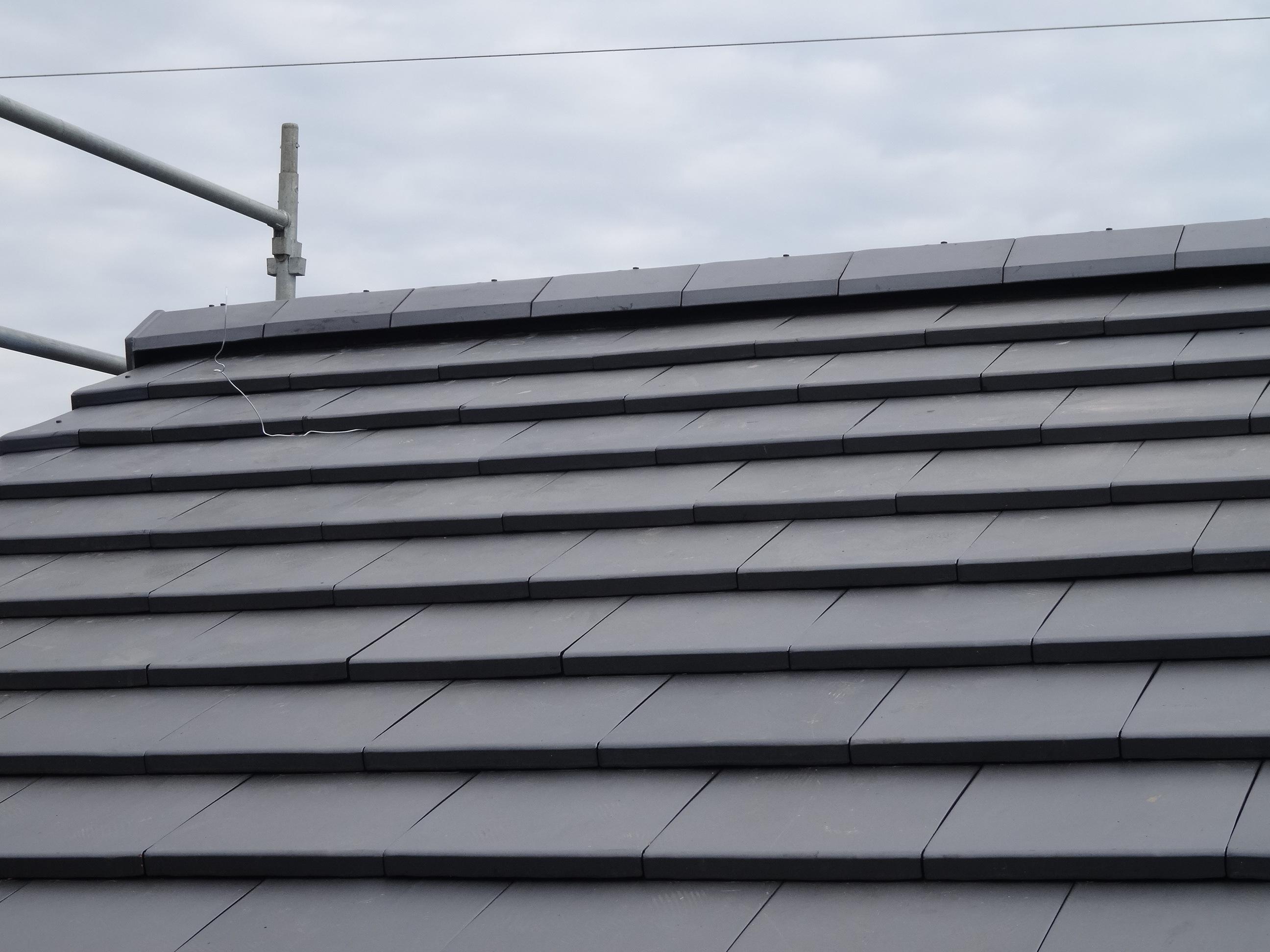 新築のシャープで高級感のある屋根-三州瓦で仕上げ|加藤瓦店