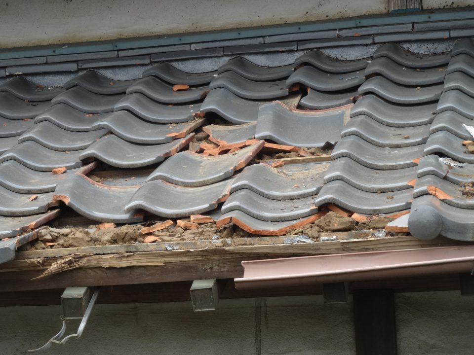 軒瓦が台風で飛ばされた